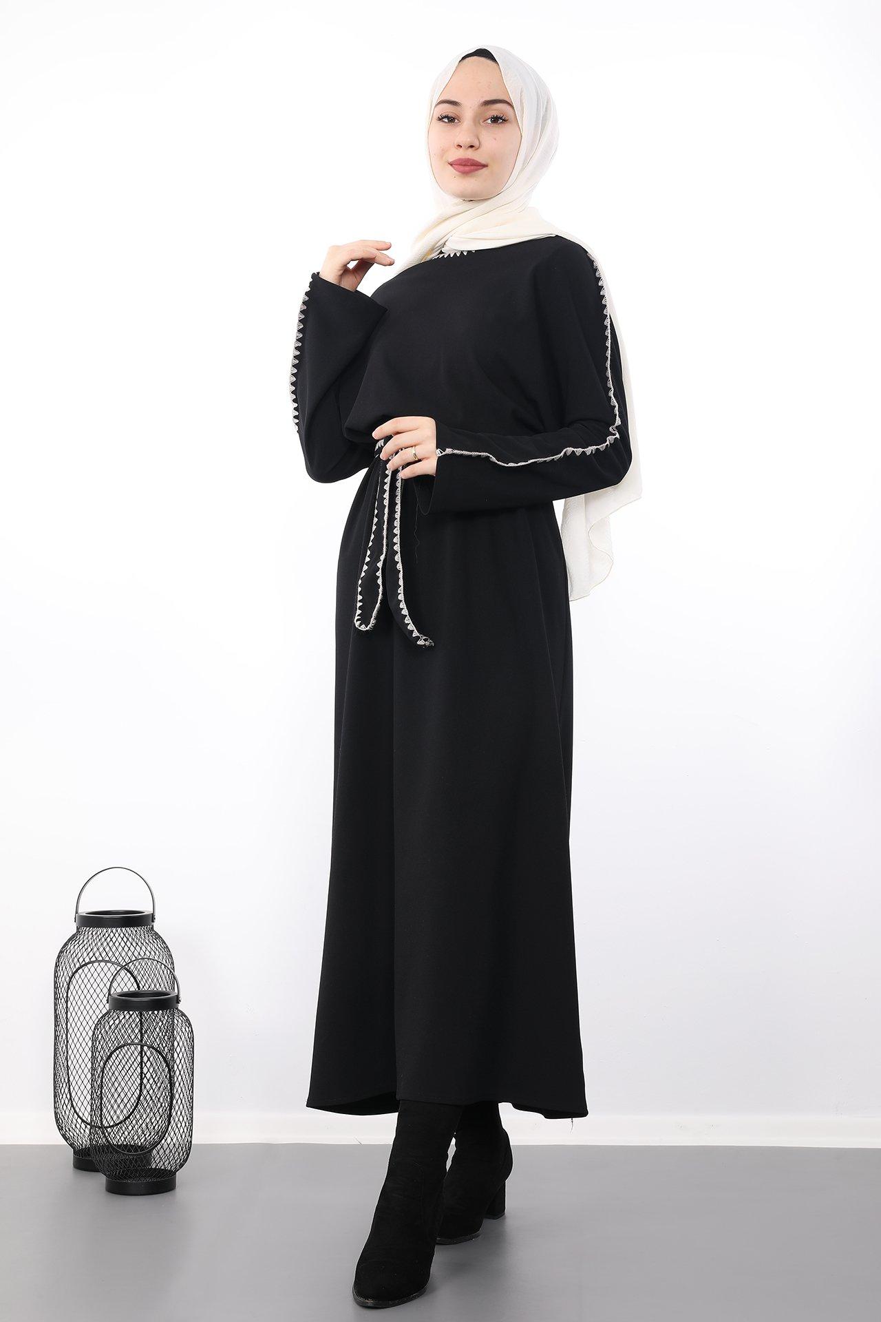 GİZAGİYİM - İşlemeli Kuşaklı Tesettür Elbise Siyah