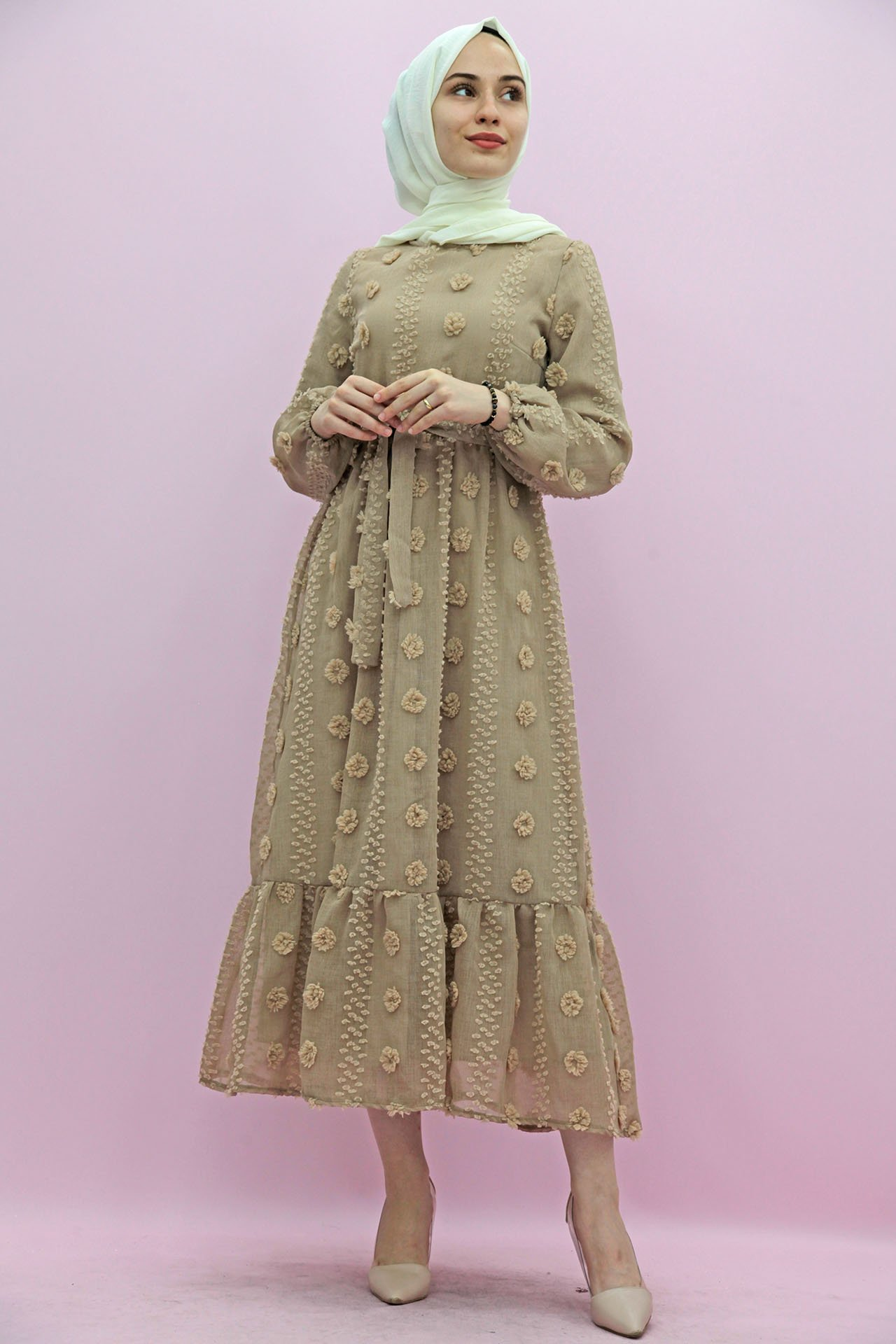 GİZAGİYİM - Belden Pileli İşlemeli Elbise Vizon