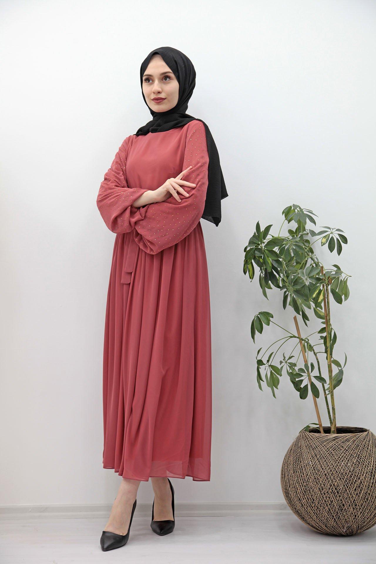GİZAGİYİM - Kolları Taşlı Şifon Tesettür Elbise Mercan