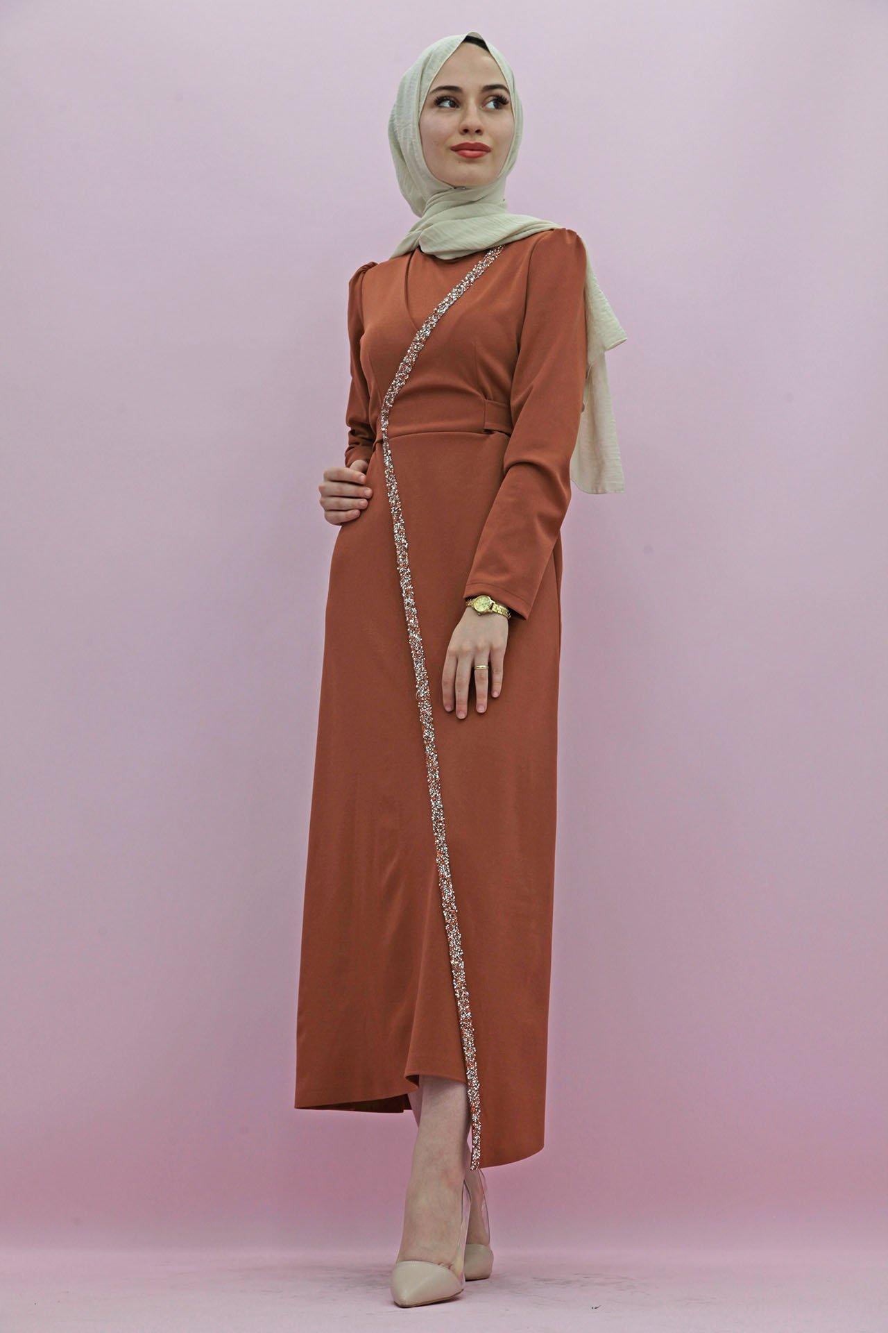 GİZAGİYİM - Taş İşlemeli Kuşaklı Elbise Taba